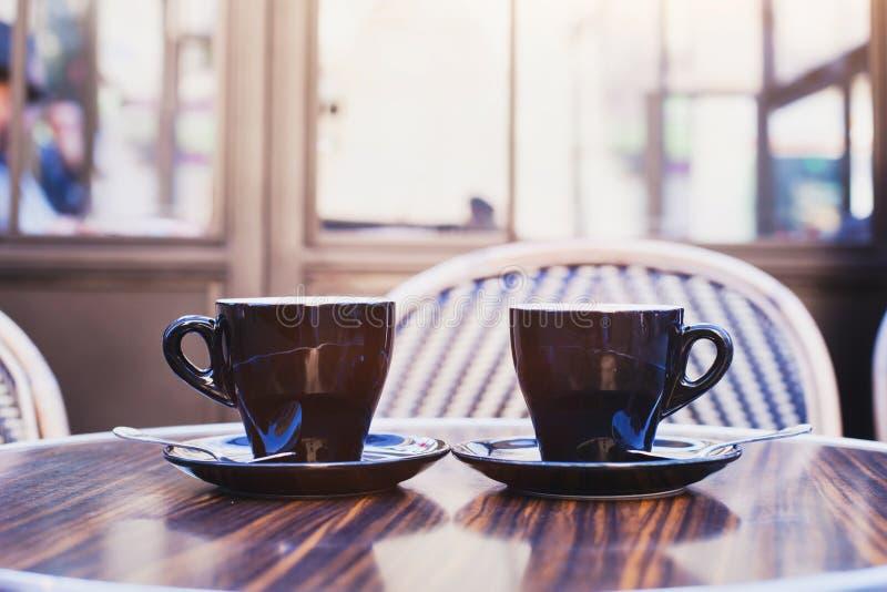 Duas xícaras de café na tabela no café foto de stock royalty free