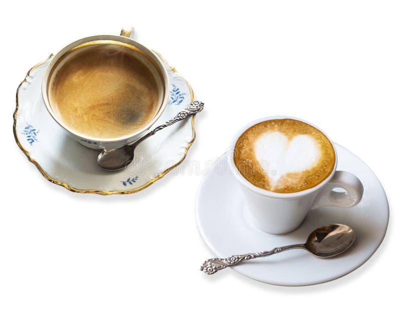 Duas xícaras de café perfumadas em uns pires com a colher de prata do vintage isolada no fundo branco Macchiato do café e coffe p fotos de stock