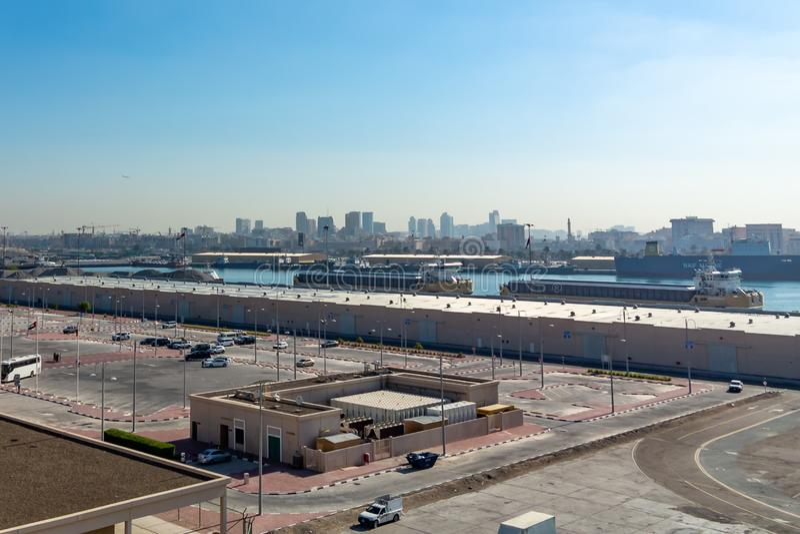 Dubaï, Emirats Arabes Unis - 12 décembre 2018 : Port de cargaison de mer, vue panoramique d'un revêtement de croisière photo stock