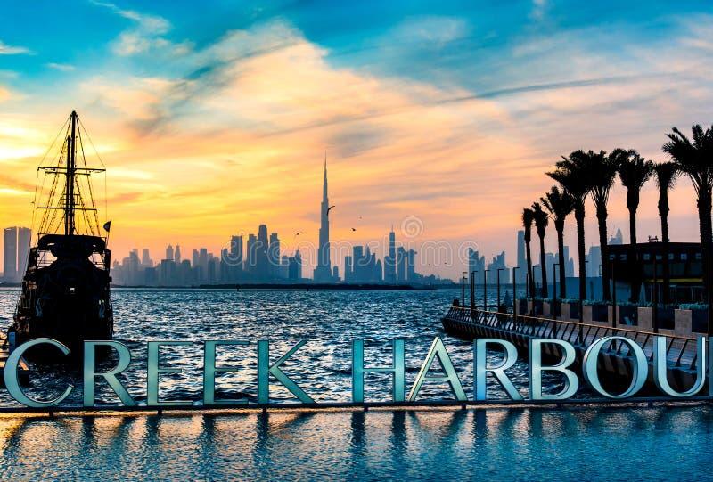 Dubaï, Emirats Arabes Unis - 10 janvier 2019 : Vue d'horizon de point de repère de port de Dubai Creek au coucher du soleil photographie stock