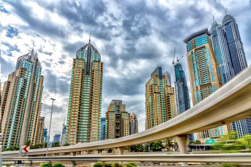 Dubaï Emirats Arabes Unis Vue d'un taxi mobile conduisant dans les rues du centre de la ville, les routes modernes hyper, le nuag photos libres de droits