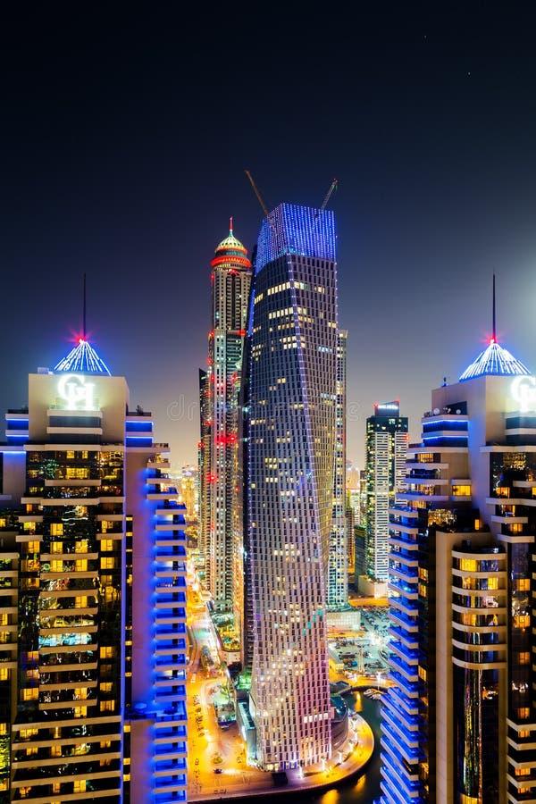 Dubaï a illuminé l'architecture des Emirats Arabes Unis de paysage urbain images stock
