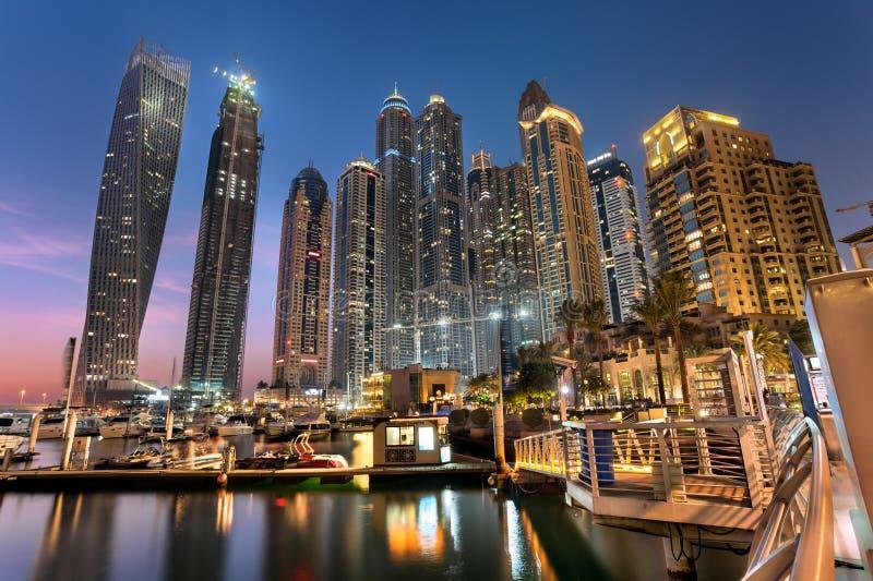 Dubaï Marina Towers en heure bleue image libre de droits