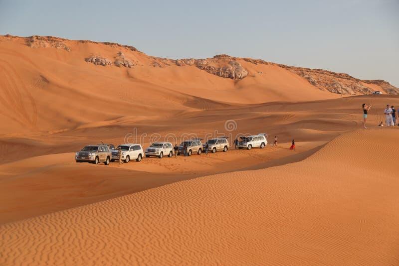 DUBAI, ΗΑΕ - 08 Ιανουαρίου 2019: Αυτοκινητοπομπή των αυτοκινήτων Toyota Land Cruiser στην έρημο κατά τη διάρκεια σαφάρι κοντά στο στοκ φωτογραφία