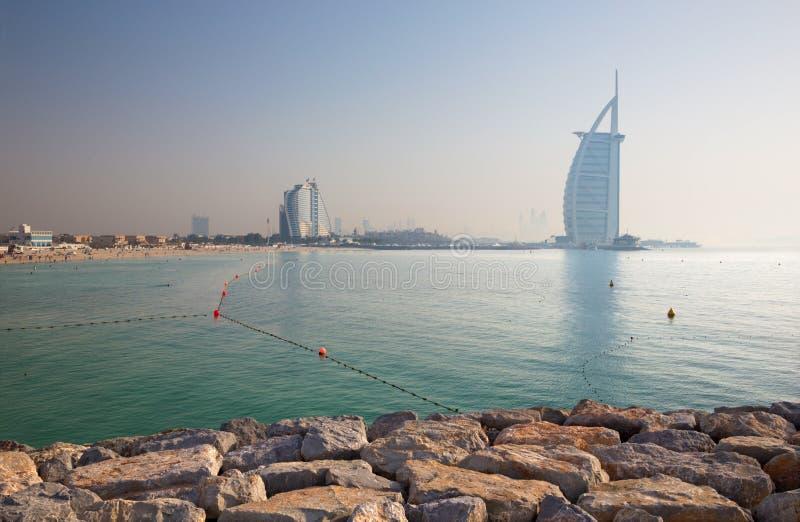 Dubai - aftonpanoraman av marinatorn från gömma i handflatanön med den lyxiga yachten royaltyfria bilder
