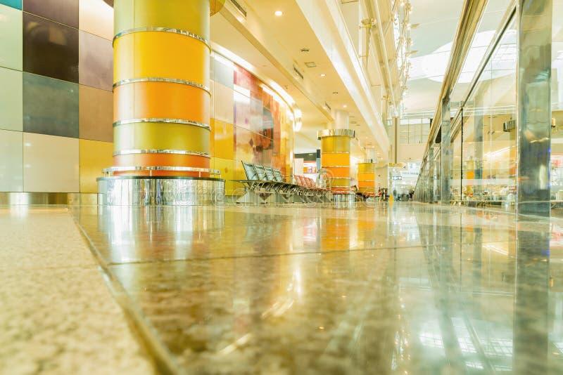 DUBAI - 6. APRIL: Passagierlobby in Dubai International-Flughafen lizenzfreie stockfotos