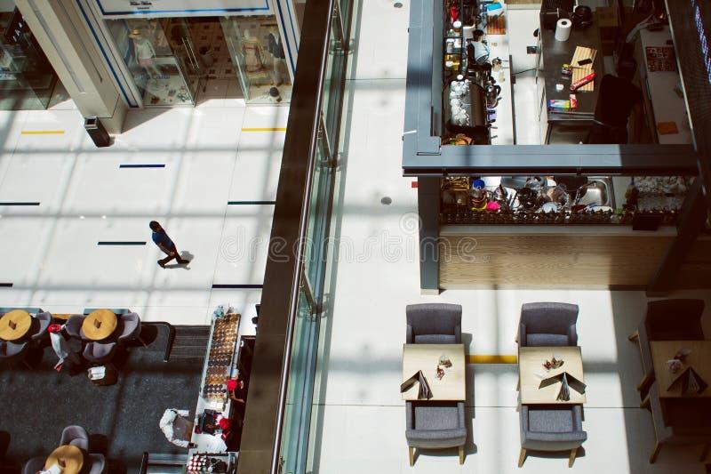 DUBAI, ARABISCHE EMIRATE - 25. APRIL 2018: Dubai-Mall, Innenraum des Einkaufszentrencafés im Einkaufszentrum lizenzfreie stockfotografie