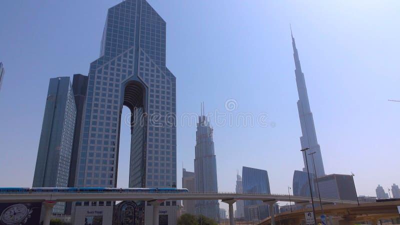 DUBAI, ARABISCHE EMIRATE - CIRCA IM DEZEMBER 2018 - Burj Khalifa, höchstes Gebäude in der Welt, stehend über Sheikh Zayed Road d lizenzfreie stockfotos