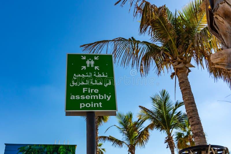 Dubai, Arabische Emirate - 12. Dezember 2018: Feuer-Sammelpunkt unterzeichnen herein arabisches und englisches lizenzfreies stockbild