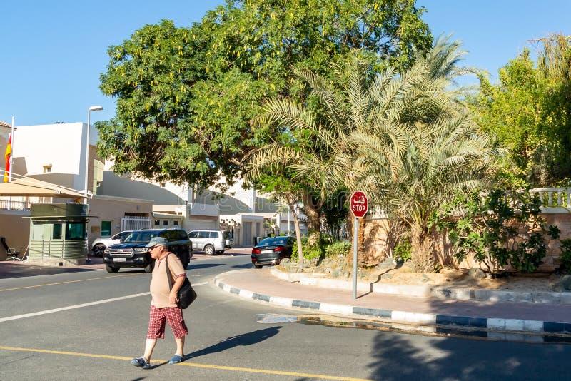 Dubai, Arabische Emirate - 12. Dezember 2018: Mann, der die Straße an den Kreuzungen kreuzt lizenzfreies stockfoto