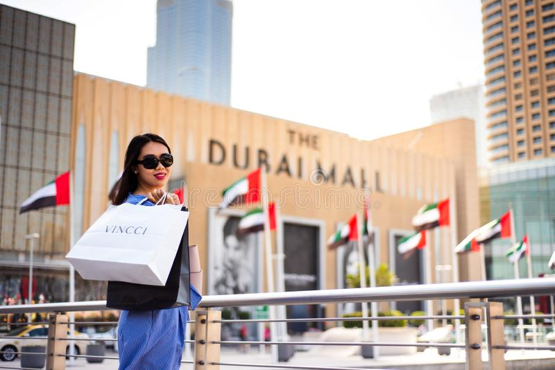 Dubai, Arabische Emirate - 26. März 2018: Asiatischer Tourist vor Dubai-Mallhaupteingang lizenzfreies stockbild