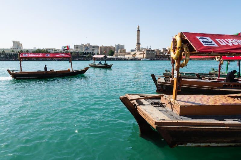 DUBAI, ARABISCHE EMIRATE - MÄRZ 2019: traditionelles Wassertaxi in Dubai Creek lizenzfreie stockfotografie