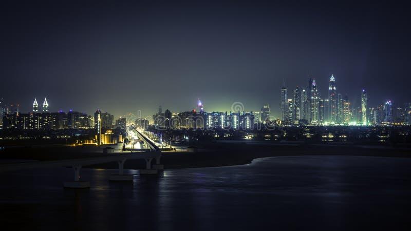 Dubai céntrico en la noche imágenes de archivo libres de regalías