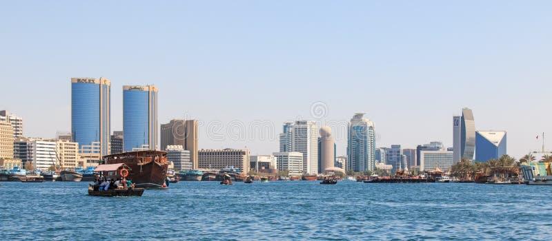 Dubai Creek avec les abraou les taxide l'eau image libre de droits