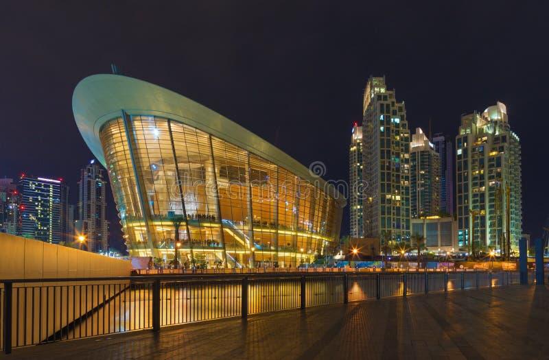 Dubai - das nächtliche Panorama des Brunnens vor Burj Khalifa und Oper stockbild