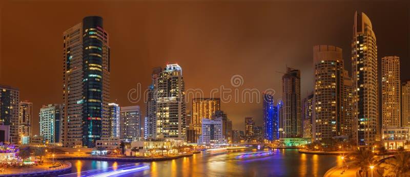Dubai - das nächtliche Panorama des Jachthafens lizenzfreies stockfoto
