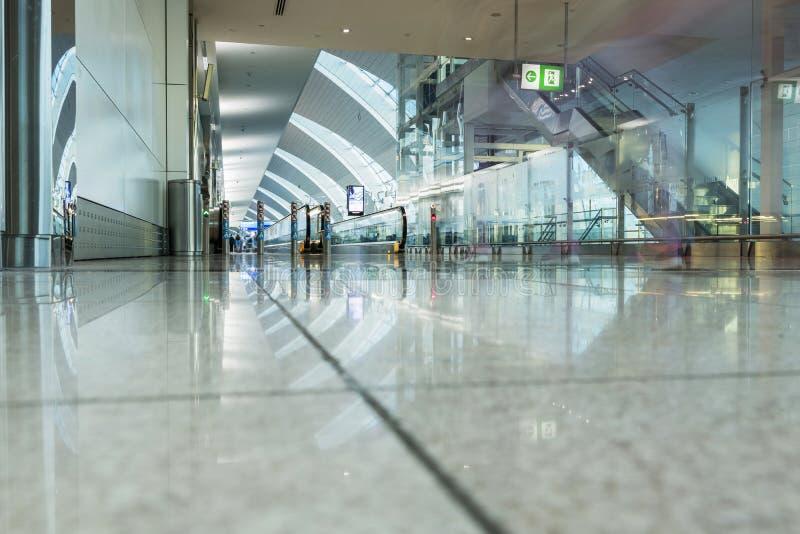DUBAI - 6 DE ABRIL: Pasillo del pasajero en el aeropuerto de Dubai International fotografía de archivo