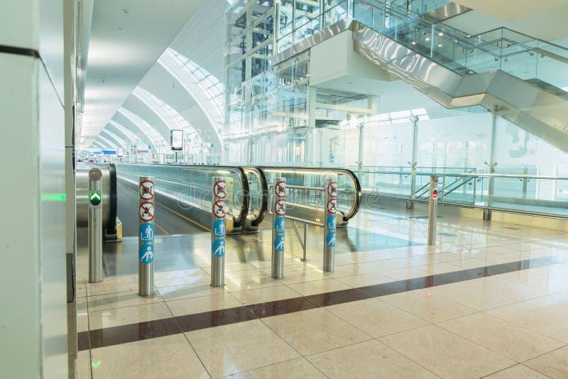 DUBAI - 6 DE ABRIL: Pasillo del pasajero en el aeropuerto de Dubai International imágenes de archivo libres de regalías