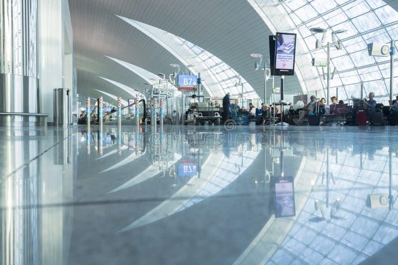 DUBAI - 6 DE ABRIL: Pasillo del pasajero en el aeropuerto de Dubai International el 6 de abril de 2016 en Dubai, UAE fotos de archivo libres de regalías