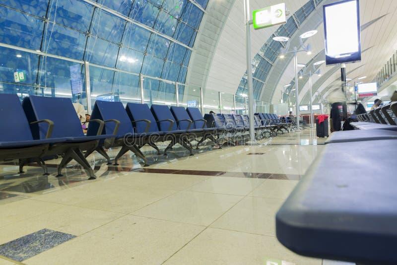 DUBAI - 6 DE ABRIL: Pasillo del pasajero en el aeropuerto de Dubai International el 6 de abril de 2016 en Dubai, UAE imagenes de archivo