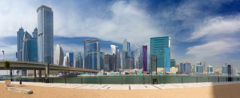 Dubai - den nya kanalpanoraman och skyskraporna royaltyfri foto