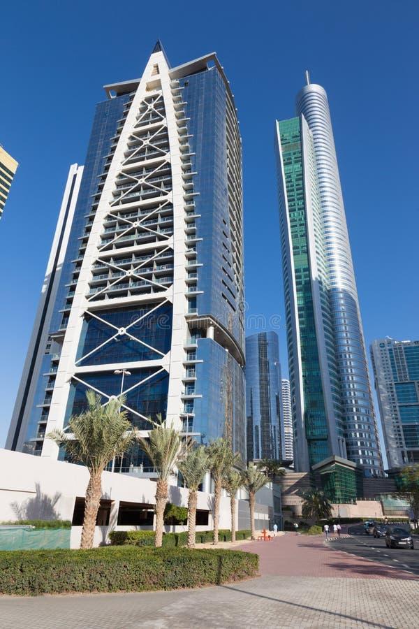 Dubai - det indigoblå torn- och Almas för skyskrapor tornet royaltyfria foton