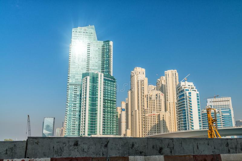 DUBAI - 5. DEZEMBER 2016: Straßenansicht von Dubai-Jachthafenskylinen an lizenzfreies stockfoto