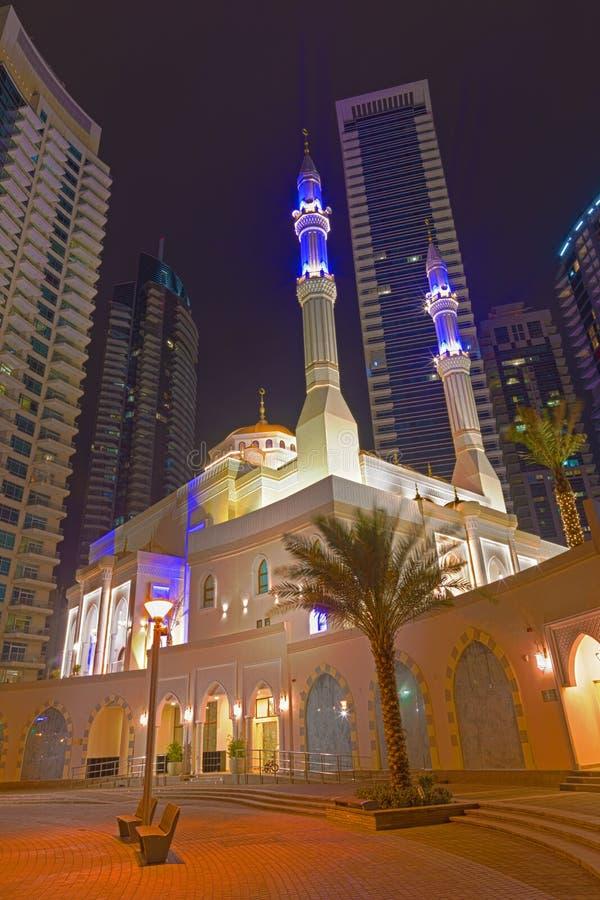 Dubai - die nächtliche Promenade des Jachthafens und der Moschee stockfotos