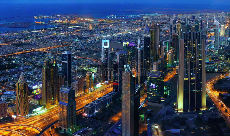 Dubai do centro na noite, vista aérea fotos de stock royalty free