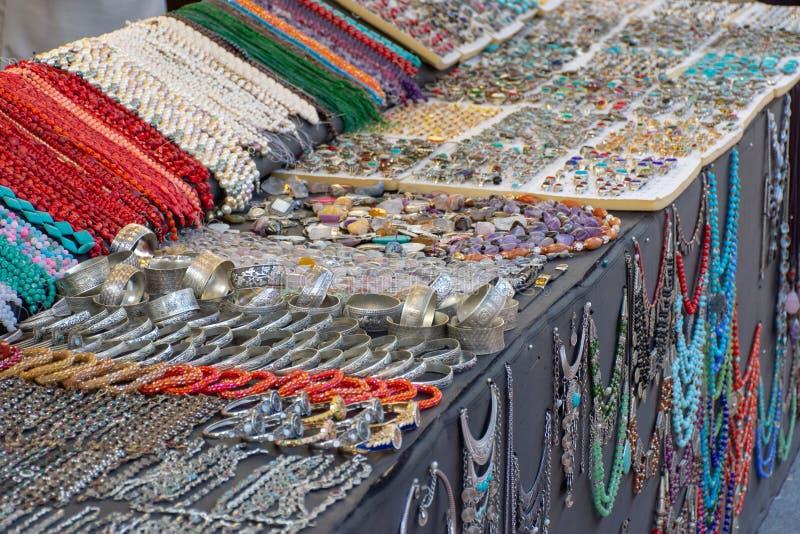 'Dubai, Dubai/Förenade Arabemiraten - 4/6/2019: Färgrika iranska smycken som är till salu i global by ett turist- läge av globalt royaltyfri fotografi