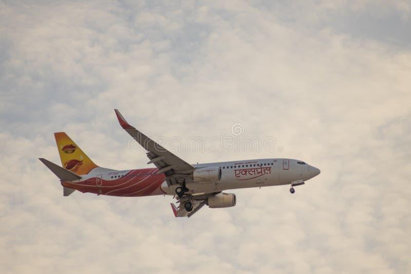 DUBAI, EAU, CIRCA 2020: Air India Express Airline com Samai/Diya Livery, Boeing 737 se aproximando do Aeroporto Internacional de  foto de stock royalty free