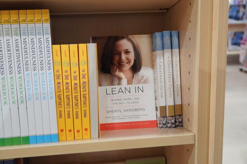 Dubai EAU dezembro de 2019 Lean em livro de Sheryl Sandberg COO do Facebook exibido para venda na livraria Livro apresentado à ve foto de stock