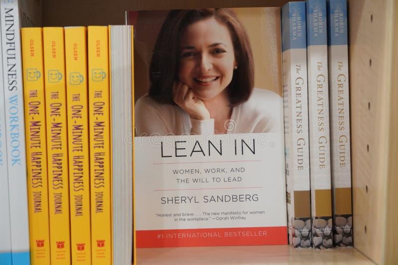 Dubai EAU dezembro de 2019 Lean em livro de Sheryl Sandberg COO do Facebook exibido para venda na livraria Livro apresentado à ve imagem de stock