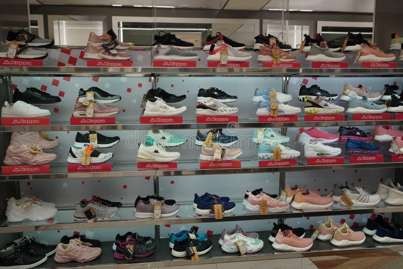 Dubai EAU Diciembre 2019 Kappa Brand Sport zapatos en una tienda Calzado de varias marcas en el centro comercial Gran colección d imagen de archivo libre de regalías