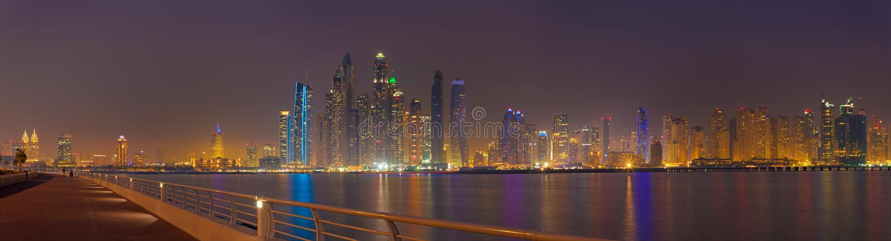 Dubai - el panorama de la tarde de las torres del puerto deportivo imágenes de archivo libres de regalías