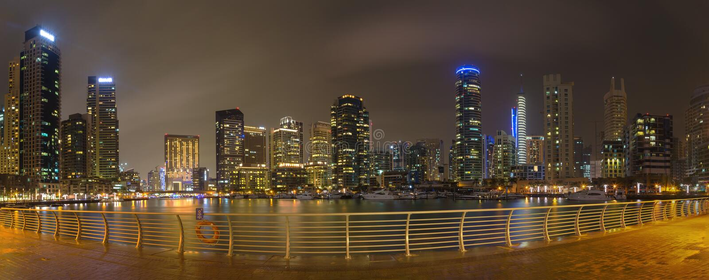 Dubai - el panorama nocturno del puerto deportivo fotografía de archivo