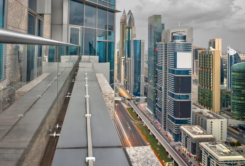 Dubai eleva-se vista superior da borda de um balcão fotografia de stock