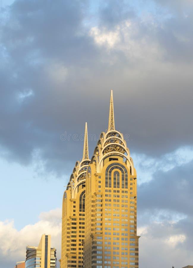 DUBAI - EM NOVEMBRO DE 2016: Construções das torres gêmeas dentro do centro dubai imagem de stock