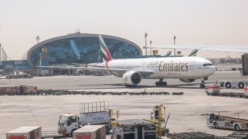 DUBAI, EMIRADOS ÁRABES UNIDOS AGOSTO, 22, 2016: o pushback de emirados de um Boeing 777 aplana em Dubai fotografia de stock