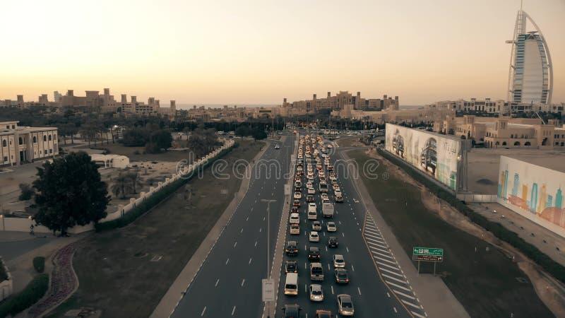 DUBAI, EMIRADOS ÁRABES UNIDOS - 25 DE DEZEMBRO DE 2019 Foto aérea de tráfego congestionado perto de Madinat Jumeirah, o árabe foto de stock
