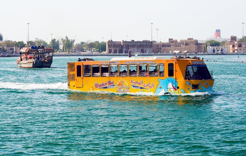 DUBAI EMIRATER - MARS 22 2009: Undertaxi-buss för vatten amfibisk gul rodd i hamnen royaltyfri fotografi