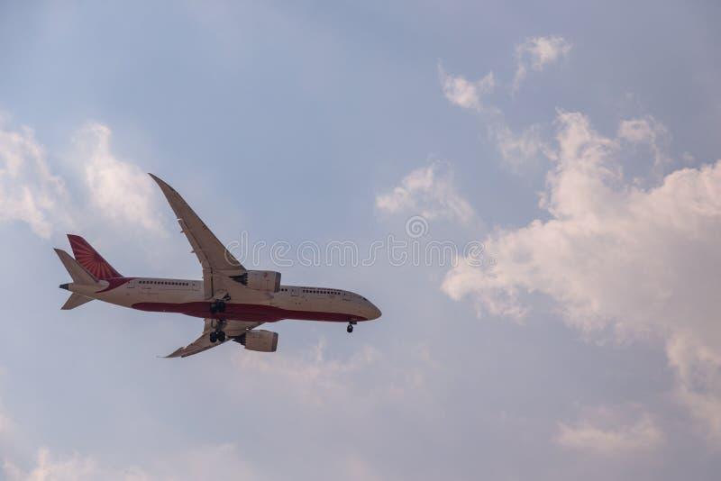 DUBAI, EMIRATI ARABI UNITI, CIRCA 2019: Air India Airline Boeing 787 Dresser liner si avvicina all'aeroporto internazionale di Du immagini stock libere da diritti