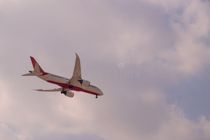 DUBAI, EMIRATI ARABI UNITI, CIRCA 2019: Air India Airline Boeing 787 Dresser liner si avvicina all'aeroporto internazionale di Du immagine stock libera da diritti