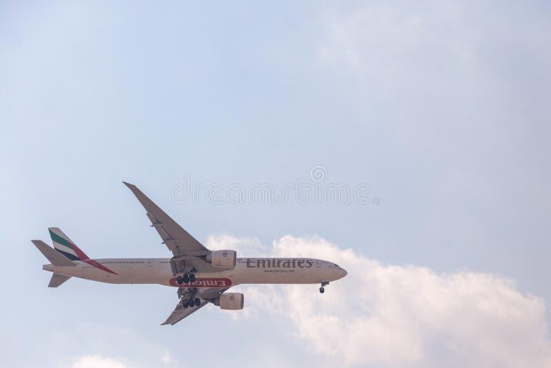 DUBAI, EMIRATI ARABI UNITI, CIRCA 2019: Emirates Airline Boeing 777 si avvicina all'aeroporto internazionale di Dubai per l'atter immagini stock libere da diritti
