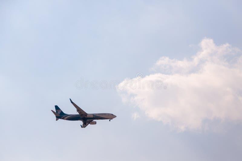 DUBAI, EMIRATI ARABI UNITI, CIRCA 2019: Oman Air Airline Boeing 737 si avvicina all'aeroporto internazionale di Dubai per l'atter fotografie stock libere da diritti