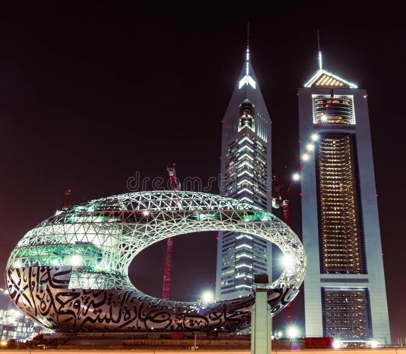 Dubai, Emirati Arabi Uniti; museo moderno del futuro in costruzione, Emirates Towers di notte fotografia stock