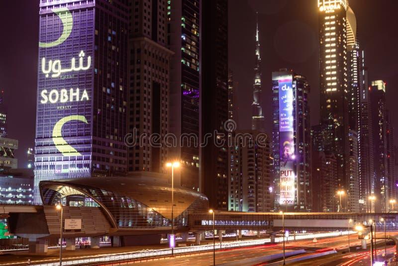 Dubai, Emirati Arabi Uniti; stazione della metropolitana Emirates Towers di notte; traffico notturno; sfocatura in movimento, esp immagine stock libera da diritti