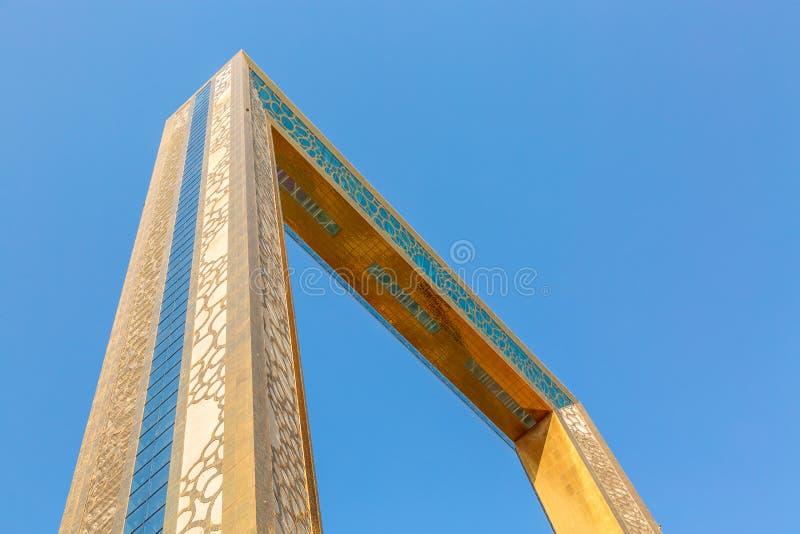 Dubai, Emiratos Árabes Unidos - Agosto de 2019: Museo Golden Dubai Frame desde abajo con un cielo azul claro en Zabeel Park fotografía de archivo