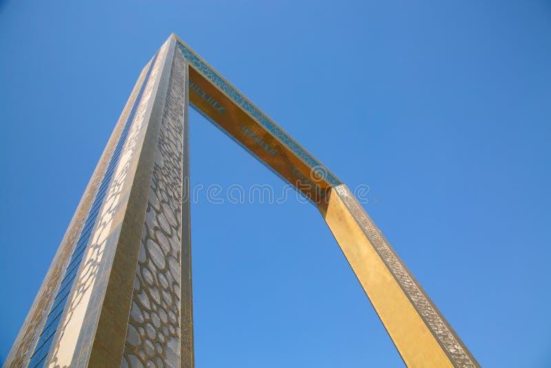 Dubai, Emiratos Árabes Unidos - Agosto de 2019: Museo Golden Dubai Frame desde abajo con un cielo azul claro en Zabeel Park foto de archivo