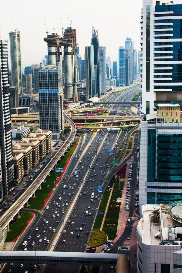 Dubai, Emiratos Árabes Unidos - 3 de abril de 2018: Ro ocupado de Zayed do xeique imagem de stock